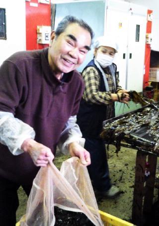作業の一コマ。職人の青木さん。板ワカメの味も優しいですが、いつでも笑顔の優しい職人さんです。